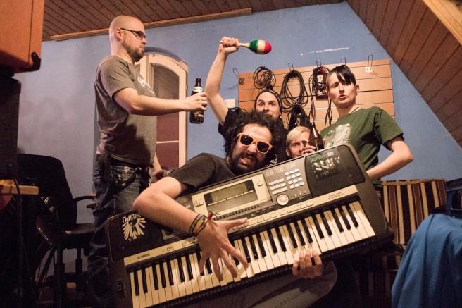 Donald mit Keyboard im Tonstudio mit den Dorks